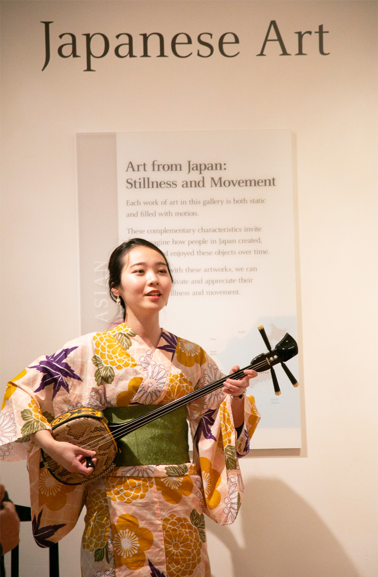 Ms. Hina Iha, a high school Sanshin champion in Okinawa, Japan, played and sang beautiful music.